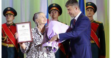 Награждение руководителя театральной студии «Пармин»